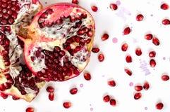Плодоовощ и семена гранатового дерева на белой предпосылке Стоковое Изображение