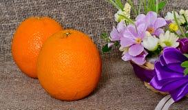 Плодоовощ и цветки на предпосылке холста Стоковая Фотография RF