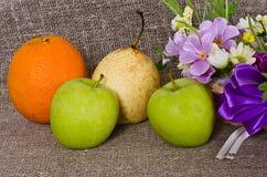 Плодоовощ и цветки на предпосылке холста Стоковые Фотографии RF