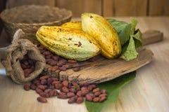 Плодоовощ какао, сырцовые фасоли какао, стручок какао на деревянной предпосылке Стоковые Изображения