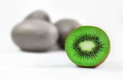 Плодоовощ кивиа и половинное Стоковое Фото