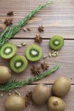 Плодоовощ кивиа на деревянной предпосылке Стоковые Изображения
