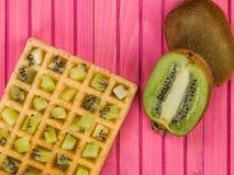 Плодоовощ кивиа на провозглашанном тост Waffle Стоковые Изображения