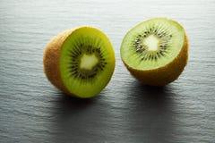 Плодоовощ кивиа отрезанный в 2 halfs Стоковое фото RF