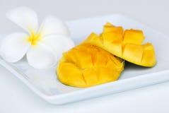 Плодоовощ манго на белой плите на белизне стоковая фотография rf