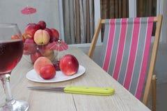 Плодоовощ на таблице Персики, нектарин, сливы стеклянное красное вино Стоковые Фотографии RF