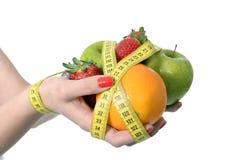Плодоовощ нося женщины в образе жизни рук здоровом Стоковая Фотография RF