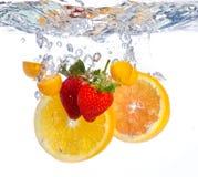 Плодоовощ падая в воду стоковые фотографии rf