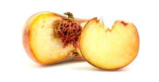 Плодоовощ персика донута с куском и ядром изолированный на белизне Стоковое Фото