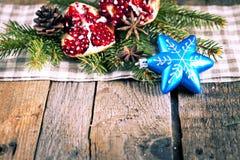 Плодоовощ, печенья и яблоки гранатового дерева на деревянной предпосылке Стоковые Изображения RF