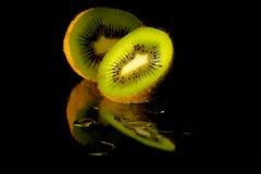 плодоовощ предпосылки близкий изолировал киви над поднимающей вверх белизной Стоковое Изображение