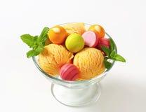 Плодоовощ-приправленные мороженое и пралине Стоковое Изображение