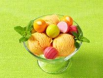Плодоовощ-приправленные мороженое и пралине Стоковая Фотография