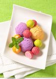 Плодоовощ-приправленные мороженое и пралине Стоковые Фотографии RF