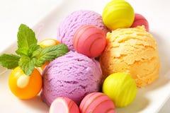 Плодоовощ-приправленные мороженое и пралине Стоковые Изображения RF