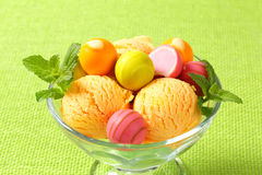 Плодоовощ-приправленные мороженое и пралине Стоковые Фото