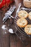 Плодоовощ рождества семенит пироги над деревенской деревянной предпосылкой Стоковые Фотографии RF