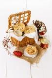 Плодоовощ рождества семенит пирог в сплетенной корзине Стоковое Фото