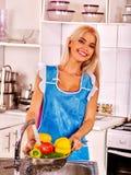 Плодоовощ стирки женщины на кухне Стоковое Изображение RF