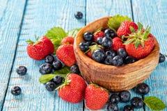 Плодоовощ ягоды в поддоннике помещенном на старых деревянных планках стоковые изображения