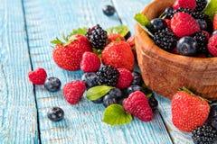 Плодоовощ ягоды в поддоннике помещенном на старых деревянных планках стоковая фотография