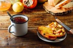 Плодоовощ Bruschettas с чаем в кружке металла Стоковые Изображения RF