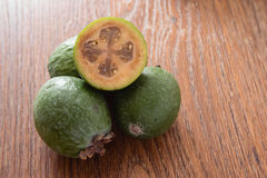 Плодоовощ Feijoa на деревянной предпосылке Стоковые Изображения RF