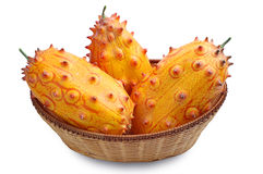 Плодоовощ Kiwano в плетеной корзине стоковые изображения rf
