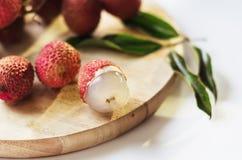 Плодоовощ Lychee на деревянной доске Стоковая Фотография RF