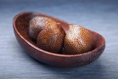 Плодоовощ Salak или плодоовощ змейки в деревянной плите Стоковая Фотография