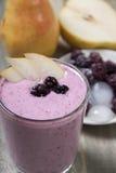 Плодоовощ - smoothies ягоды с грушей и ежевикой с югуртом Стоковое фото RF