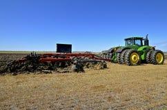 Плужок зубила случая IH и трактор John Deere стоковые фотографии rf