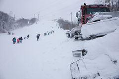 Плужок снега на лыжном курорте горы Стоковая Фотография RF