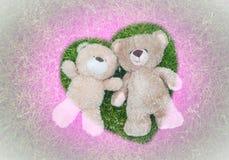 2 плюшевого медвежонка кладя вниз для предпосылки валентинки Стоковое Изображение