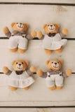4 плюшевого медвежонка на деревянной предпосылке Стоковые Фотографии RF