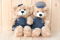 2 плюшевого медвежонка на деревянной предпосылке Стоковые Фото