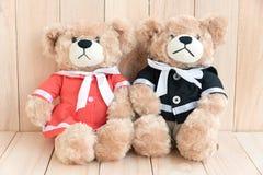 2 плюшевого медвежонка на деревянной предпосылке Стоковая Фотография