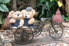 2 плюшевого медвежонка на предпосылке сада Стоковое Изображение