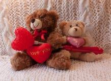 2 плюшевого медвежонка с 3 сердцами Стоковые Изображения RF