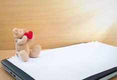 Плюшевые медвежоата Брайна с красными сердцами Стоковая Фотография RF