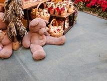 Плюшевые медвежоата рождества в зимнем времени стоковое изображение rf