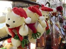 Плюшевые медвежоата рождества в зимнем времени стоковые фотографии rf