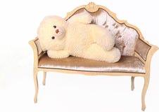 Плюшевый медвежонок лежа на стенде Стоковые Фотографии RF