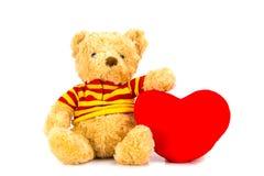 Плюшевый медвежонок и красные сердца на белой предпосылке Стоковое Изображение