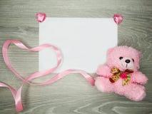 Плюшевый медвежонок и сердца поздравительной открытки дня ` s валентинки Стоковое Фото