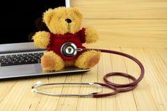 Плюшевый медвежонок и стетоскоп в концепции клиники детей Стоковое фото RF