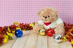 Плюшевый медвежонок и украшенный деталь Стоковое Фото