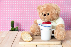 Плюшевый медвежонок и чашка молока Стоковая Фотография RF