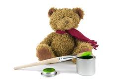 Плюшевый медвежонок на белой предпосылке с щеткой и опарник зеленого цвета Стоковая Фотография RF