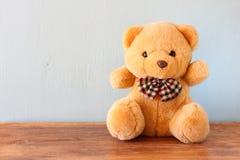 Плюшевый медвежонок на деревянном столе стоковая фотография rf